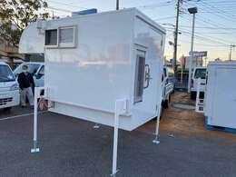 着脱式4ナンバー移動販売車・キッチンカー 2層シンク 外部電力供給 冷蔵庫 サブバッテリー追加バッテリー ACコンセント ソーラーパネル 収納棚 ナビTV