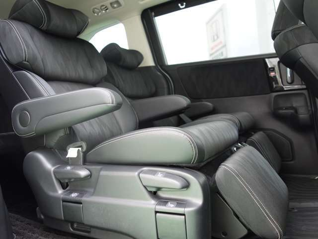 【キャプテンシート】2列目シートはキャプテンシートです、左右独立型ですのでゆったり乗車可能です。ウォークスルーも可能で使い勝手がとても良いです!