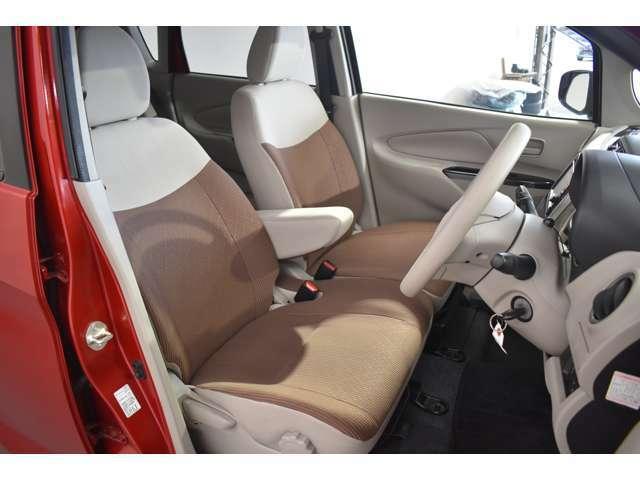 大きなベンチシートで足元もヒロビロ■大型シートで座り心地は快適♪中央にはアームレストが付いてゆったりドライブ♪