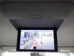 フリップダウン後席モニタ-装備!TVやDVD視聴が出来ます。快適なドライブやご旅行などに最適ですね♪