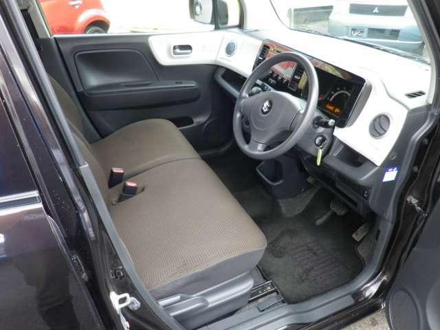 フロントシートの画像です。広い足元とゆったり座れるシートは、長時間の運転でも疲れにくくなっております!