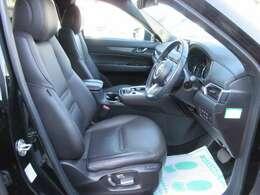 専用インテリア&専用ブラック本革シート付♪ パワーシート機能付きでお好きなポジションへ簡単操作が可能です♪ 質感の良いシートで長距離ドライブでも安心です♪