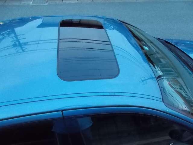 北欧車定番の『ガラスサンルーフ』は、冬場に威力を発揮。サンシェードを開けると、暖かい『ポカポカ』柔らかい日差しが気持ち良く車内を満たします