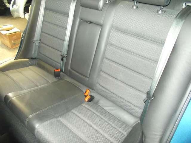 後席は余り広い印象は少なく、特に足元のスペースは充分とは言えませんが、前席の形状で足元は意外とユッタリなスペースを確保しています。2710mmという長いホイールベースの技ですか?