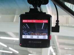 最近注目度の高いアイテム ドライブレコーダー(社外)もフロントガラスに装備しています