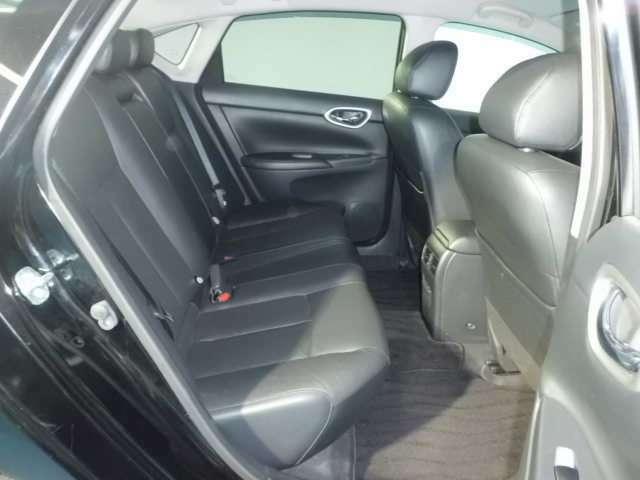 広い室内空間の後席シートです。