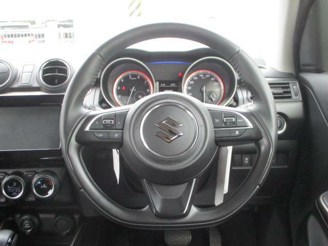 運転しやすいステアリング。【クルーズコントロールシステム】・【ステアリングオーディオスイッチ】付。