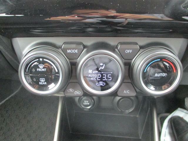 円筒モチーフのスタイリッシュな【エアコンルーバー】からは快適な風が!【オートエアコン】で室温を自動調整。快適なドライブをアシスト♪