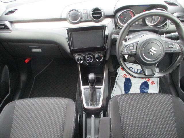 メーター、エアコンルーバー、エアコンスイッチなど機能部品を円筒モチーフで統一。ドライバーズファーストデザインのインパネ!