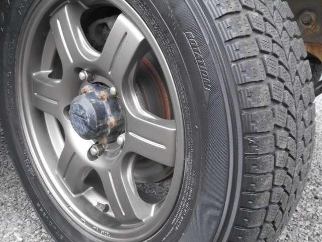 社外アルミホイールとなります、キズなども無く綺麗な状態です。タイヤはスタッドレスタイヤとなります。