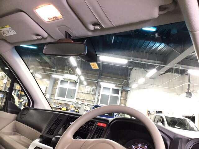 ハーフシェイドフロントウインドウ(青色)はさり気ない装備の一つですが、ホンダではほとんどの車種に装備されています。お洒落で実用性も高いですよ。視界を確保しつつ眩しさを抑えます、有と無しでは大違いです。