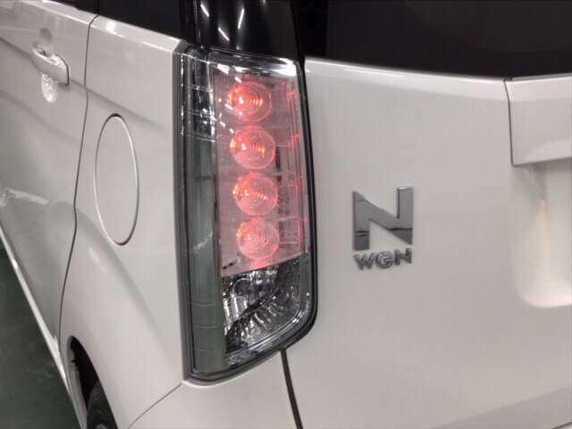 LEDテールライトは明るく、鮮やかな光で後続車により強く注意を促します。    ※スモールライト点灯状態