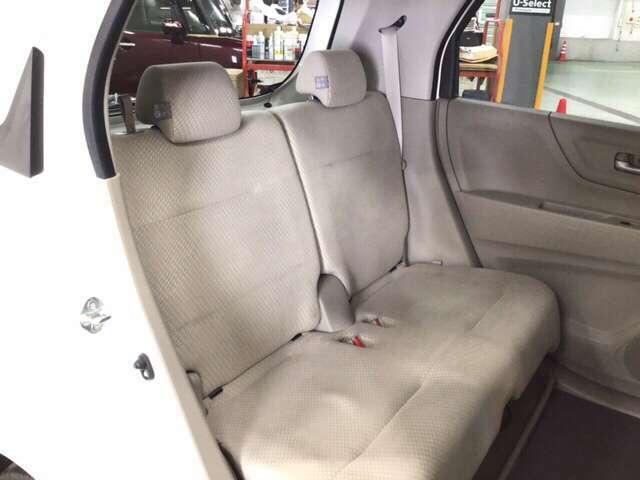 広い空間を、スライドする後席で自在に使い分け。さらに、足元には濡れた傘やシューズなどもしまえるトレイが付いていてとても便利です。