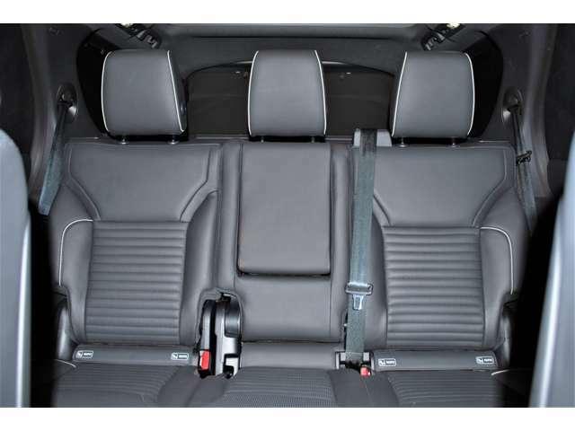使用感も少なくコンディションの良いリアシート。ISOFIX対応チャイルドシートが取付可能なリヤシートは大人3人が十分に座れるスペースとアームレストも装着しています。