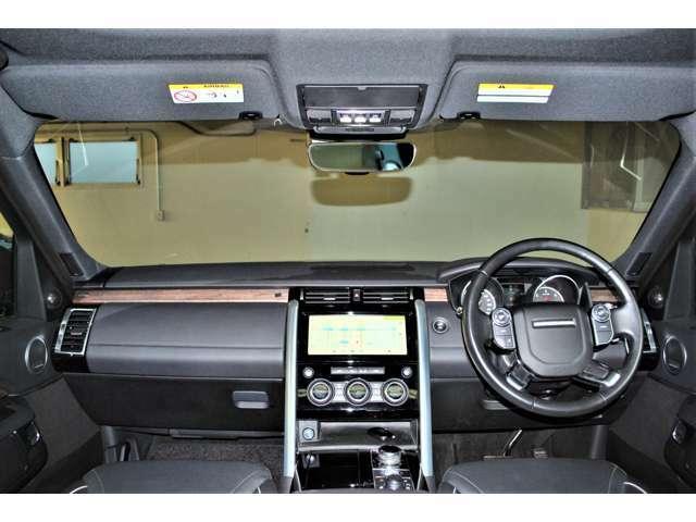 ランドローバーの共通デザインで縦と横のラインをハッキリさせてオフロード走行時に車の傾きが分かるデザインとなります。