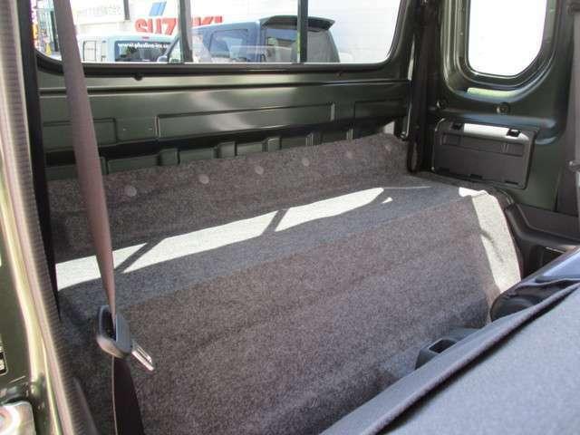 シート後ろには荷物が置けるスペースがあり幅広く活躍すること間違いありません!!