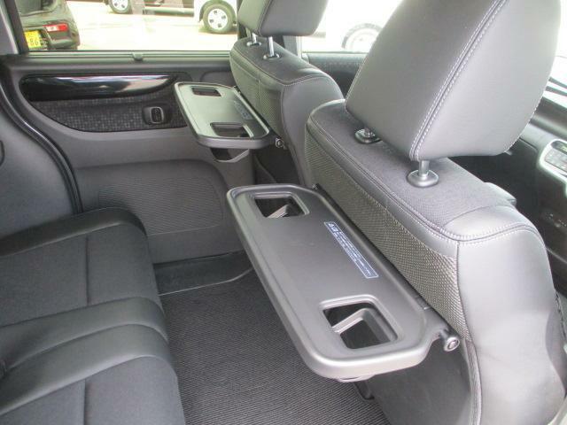 リヤシートも全車消毒済み。便利な【シートバックテーブル】も装備。