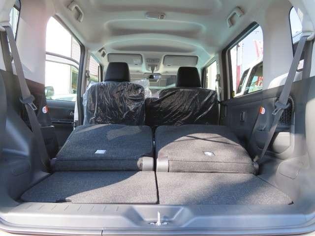 後席シート折りたためば広いラゲッジスペース、嵩張る荷物もらくらく積めますよ、