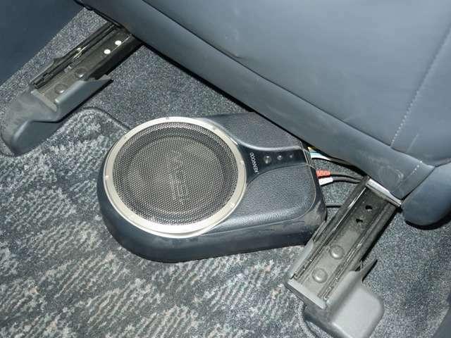 シートの下にはサブウーファーが取り付けられています。小型ですがあるだけで低音を楽しめるので音楽好きには人気の部品です。
