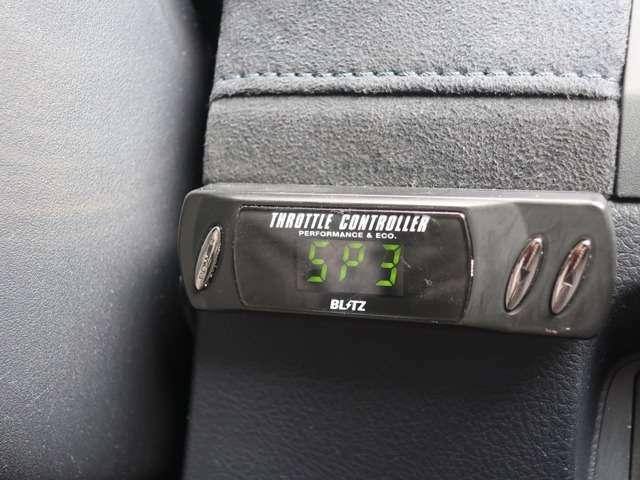 BLITZのスロットルコントローラーが着いています。癖のある純正の電子スロットルを好みのアクセルワークに調整できる優れたものです。