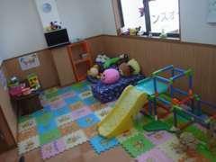 ショールーム内には、おもちゃや遊具をたっぷりそろえたキッズコーナーをご用意しております。ご家族揃って是非お越し下さい!