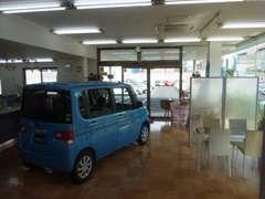 陽射しが差し込む清潔感あるショールームには、新車も展示中。各種パンフレットも多数ご用意!新車も中古も当店にお任せ下さい!