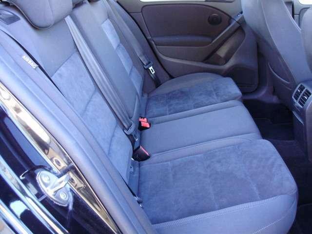 シートの真ん中には大きなひじ掛けが付いています。ちょうど手のひらを置くあたりにドリンクホルダーが設置されているのでとても使い易いです。是非、ドライブに役立てて下さい。