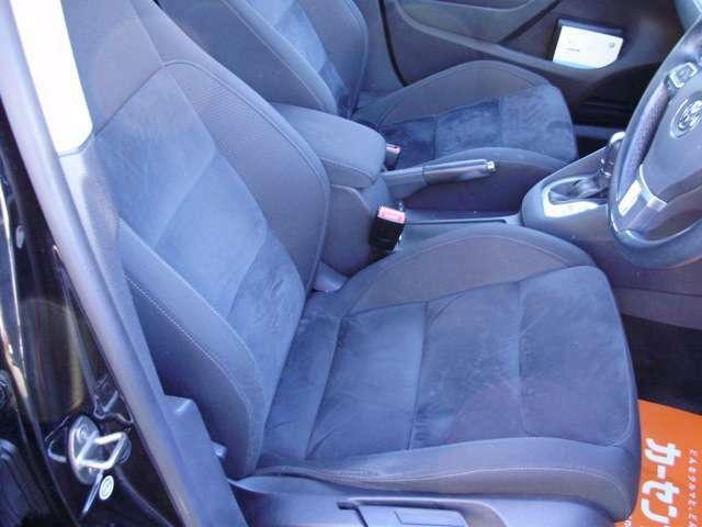 個性が出ています!目を惹くデザインのスポーツシートです!体を包み込むような座り心地で運転をサポートします。デザインも機能も文句なしで、快適な運転へと繋がります。
