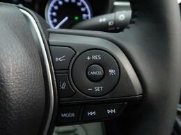 全車速追従機能付クルーズコントロール搭載。0km/h~100km/hの広い車速域で先行車に追従走行。渋滞時でも追従し、先行車が停止するとブレーキ制御で減速、停止、停止状態を保持します。