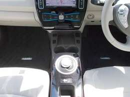 【シートヒーター】 シートが温かくなるシートヒーターがついています!車に乗ってすぐ暖房が効いてくるまでの間、大活躍!また、エアコンと違い、車内を乾燥させずに暖めるというメリットも!