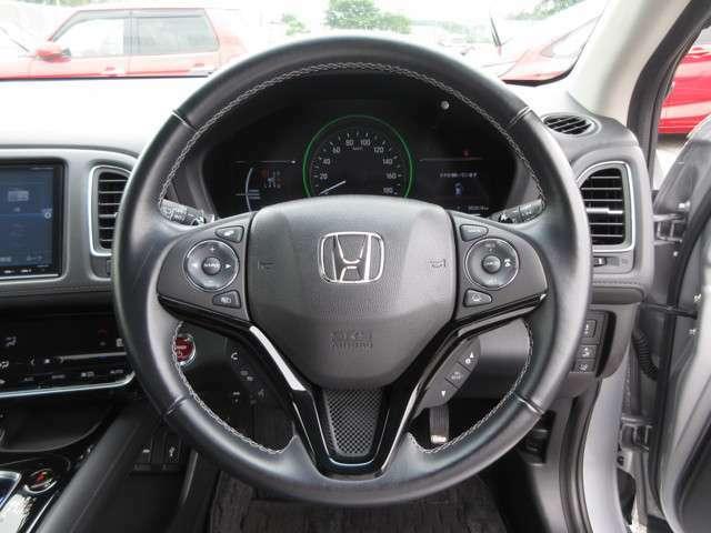 ハンドルにオーディオ&クルコンの操作スイッチが装備されています!ハンドルから手を離さずに操作できるのでとても安全です♪MTモード装備!ハンドルのスイッチひとつでマニュアル車のようにドライビングできます♪