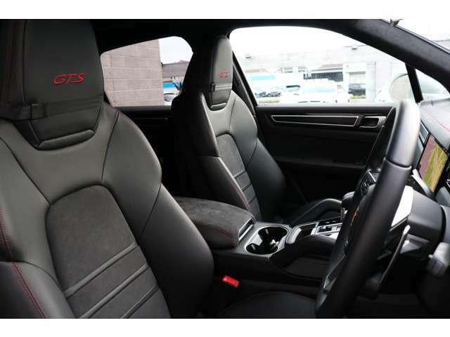 前席はブラックハーフレザーシートを装備!メモリー機能付きパワーシート、シートヒーター、ランバーサポートを装備した多機能設計により、快適なドライブをサポートします!