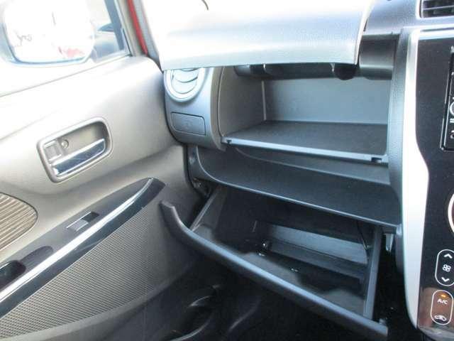 助手席前に容量のある収納スペース結構入ります。