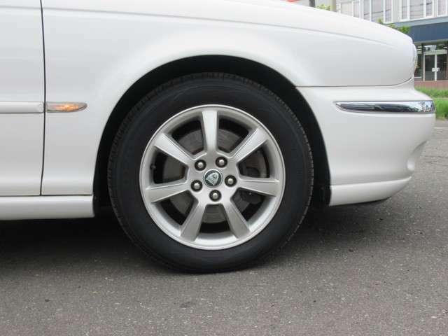 足廻りは特選シルバーレーシングセブンスポーク16アルミタイヤ装着の優雅な足回り装着、