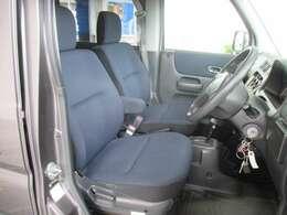 運転席のお写真です。 シートはクッション性も良く長距離の運転でも疲れにくくなっております♪