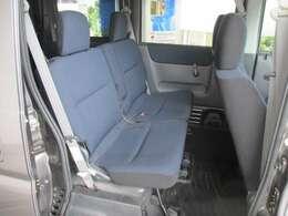 後部座席のお写真です。 エンジンをリアに搭載しているバモスは足元も広々です♪