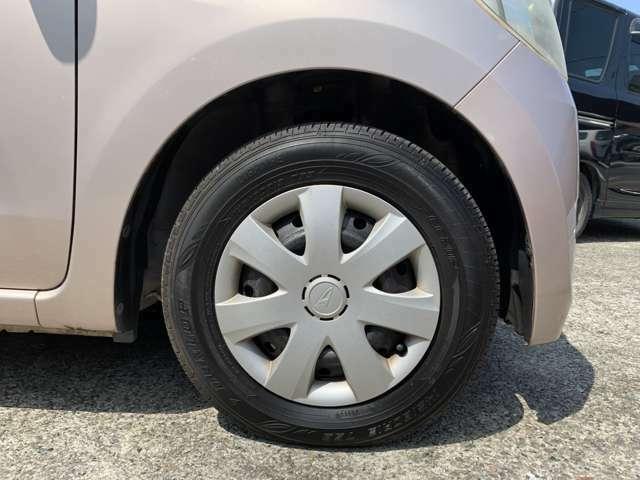 タイヤはノーマルタイヤを履いており、タイヤサイズは145/80R13です。 タイヤ山はおおよそ各5分山程度でした。 スペアタイヤは車内に積み込んでおります。 タイヤの状態は、現車を見てご確認下さい。