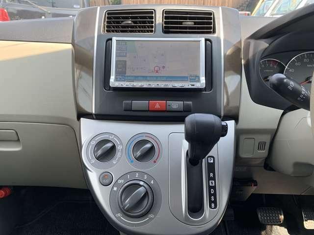 オーディオは社外HDDナビ(クラリオン/MAX570)、ワンセグテレビ(走行中可能)、CD録音機能、ETC車載器などが付いておりました。 その他の装備はキーレスKEY、電動格納ミラー、セキュリティなど