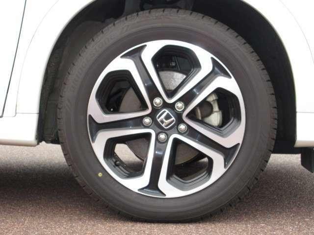 【タイヤ】純正アルミホイールです。タイヤサイズは、215/55R17です。