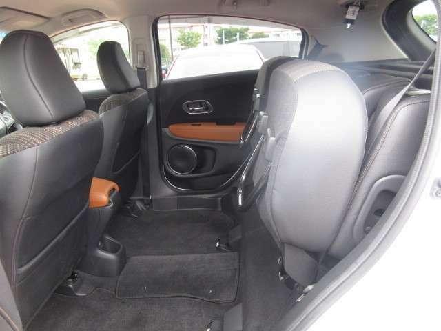 後席座面を跳ね上げると、ここもトランクとしてご利用いただけます♪ちょっとしたお買いものにはこちらを使用すると便利です。