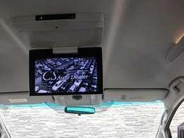 ★後席専用フリップダウンモニター付き!DVDビデオ鑑賞出来ます!長距離ドライブも楽しく、お子様に大人気の装備となります!