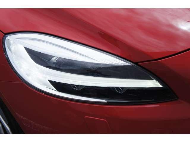 ボルボの新スタイル「トールハンマーヘッドライト」、中央に常時点灯のLEDポジションライト&ウインカーが配置。ヘッドライトもLEDのアクティブハイビーム搭載で大変明るく、夜道の安全度向上に役立ちます。