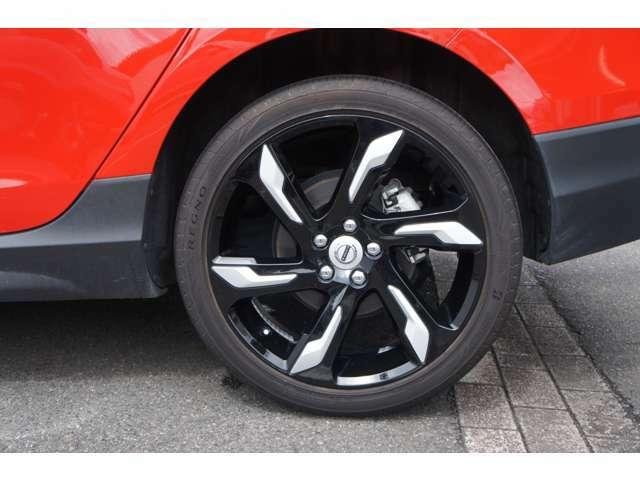 タイヤは「ブリジストン レグノ GR-XII」225/40R19を装着。世界のブリジストンが誇るラグジュアリータイヤです。残り溝はフロント7分、リア8分ございます。履き替えたばかりです。