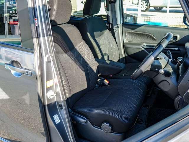 アームレスト付きで疲れ知らず!広めのシートで運転席は高さ調整可能です!