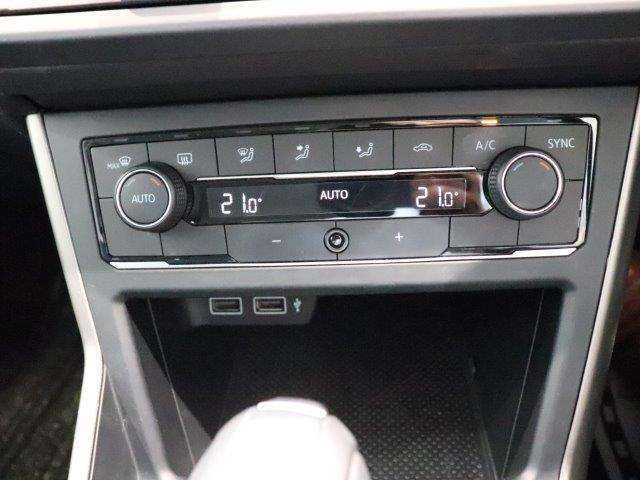 エアコンは、運転席と助手席でそれぞれお好みの温度に設定できる2ゾーンフルオートエアコンです。これからの季節はあるとうれしい機能ですね。