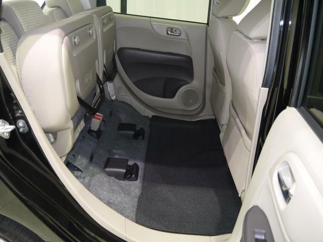 リアシートの座面をはね上げて足元に高さのある収納スペースが生まれます!