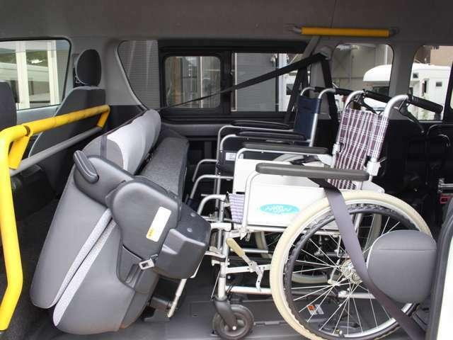 2列目シートを折りたたむと車椅子の方のスペースに変わります◎