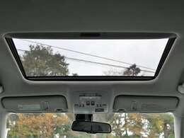 希少メーカーOPの大開口のサンルーフを装備☆車内の換気にとても便利で採光性にも優れていますしなにより開放感と高級感がありますね☆後付けできない装備ですのでぜひ装着車をお勧めいたします☆