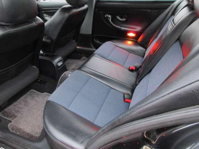 リアシートもキレイ♪足元のスペースも十分にございますので後席の方も窮屈間無くドライブをお楽しみいただけます♪汚れがちなフットマットもキレイな状態です♪