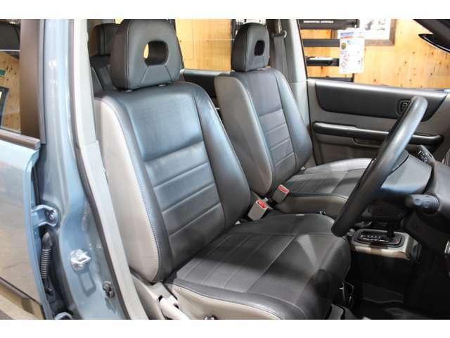 運転席・助手席も綺麗な状態です。エクストレイルで人気のカプロンシートは座り心地も良いです。